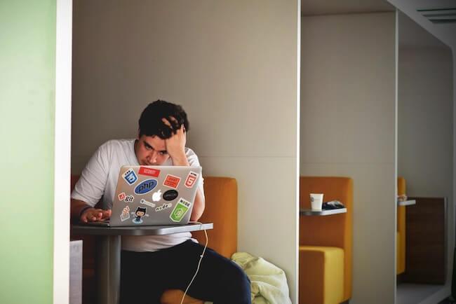 プログラミング等で頭を抱えて悩む