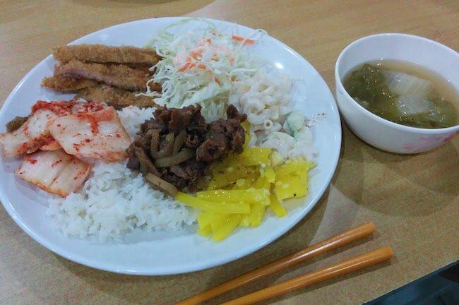 寮で出される韓国料理のランチ。シンプルだけど普通に美味しいです。